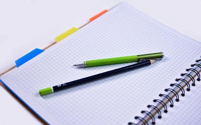 quaderno con penne per progettare una lezione