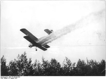 Schädlingsbekämpfung aus der Luft           (Quelle: Bundesarchiv, Foto:Wittig 1957)