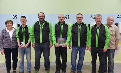 Die erfolgreiche Mannschaft der Auerhahn-Schützen mit Wettkampfleiter Herbert Tröger (rechts) Foto: Eder