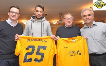 Freuen sich über den Transfer: VfL-Trainer Henning Baumann, Aladji Barrie, Germania-Geschäftsführer Josef Karbach und VfL-Fußball-Spartenleiter Ferhat Özdemir.