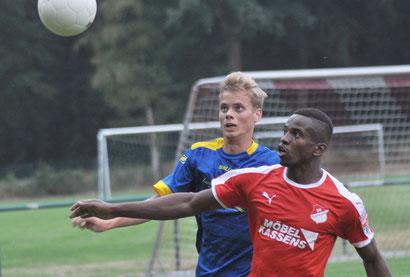 Joost Bakker hatte Esterwegens Ibrahim Bamba gut im Griff. Dafür klappten andere Dinge beim VfL weniger gut.