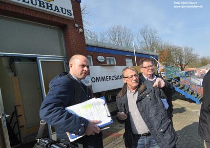 Eine DFB-Delegation (links: DFB-Teammanager Florian Streib; hier mit Germania-Vorstandsmitglied Josef Karbach) nahm kürzlich das Hoheellern-Stadion in Augenschein.