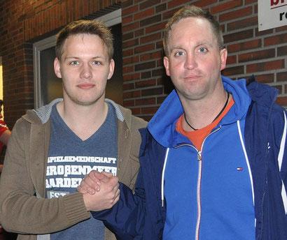 VfL-Trainer Michael Zuidema (rechts) mit Neuzugang Bjarne Wiesehan.