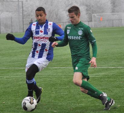 Luciano Slagveer (links, hier noch Trikot des SC Heerenveen) gehört zu den bekanntesten Spielern im Kader des FC Emmen.   Foto: Mario Rauch