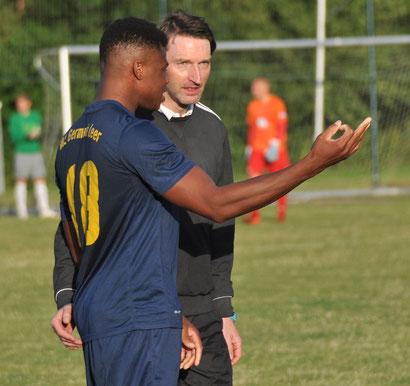 Günter Geerdes (hier mit VfL-Spieler Ayaovi Bamezon) steht Germania nicht mehr als Trainer zur Verfügung.   Foto: Mario Rauch