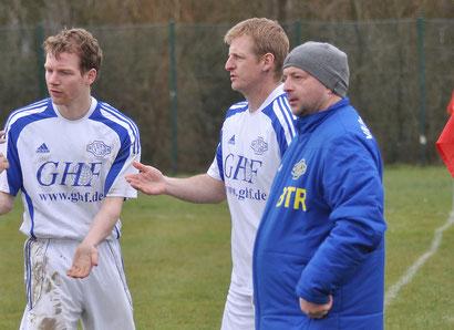 Adrian de Buhr (Mitte) bleibt Spielertrainer der U23-Mannschaft des VfL Germania Leer. Ihm steht weiterhin Steffen Behrens (rechts) zur Seite. Links im Bild: VfL-Spieler Jan-Gerhard Onken.