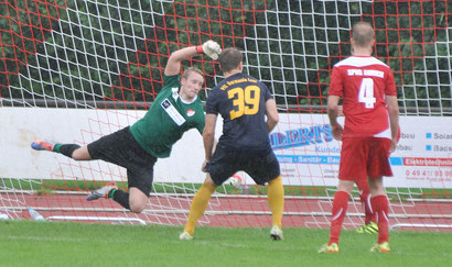 In der vergangenen Saison stand Timo Kuhlmann noch für Aurich gegen Leer im Tor und konnte eine 0:3-Niederlage seines Teams trotz guter Leistung nicht verhindern.