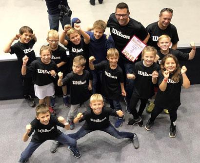 Die U10-Meistermannschaft des TC Dietach bei der Übergabe der Meisterurkunde durch den Oberösterreichischen Tennisverband.