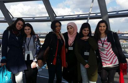 Die TIO-Teilnehmerinnen in der Kuppel des Bundestags