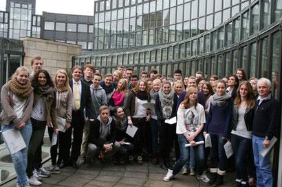 Ralf Witzel führt die Schülergruppe durch das Landtagsgebäude.