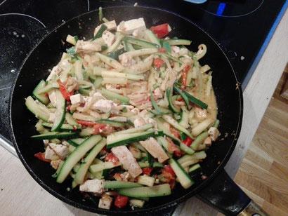 Regionalsport Hazel and Hazel go vegan Tofu Zucchini Pfanne vegan Essen Gemüse einfach zubereiten Tomaten Paprika Knoblauch vegan und einfach und preiswert