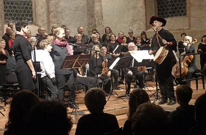 """Als Ober-Stadtpfeifer dirigierte Albrecht Haaf das Doppelkonzert """"Stadtpfeifers Traum"""" mit dem Kammerchor Müllheim nebst Kammerorchester und zahlreichen Solisten. Foto: Bianca Flier"""
