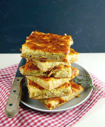Vorarlberger Käsdönnala, ein rustikaler Blechkuchen mit Käse und Zwiebeln