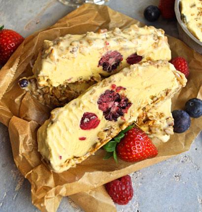 Vanilleeis mit Beeren, Granolaknusper und Dulce de Leche-Swirl