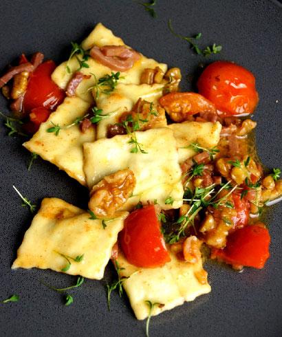 Ravioli mit selbstgemachtem Pastateig aus der Nudelmaschine, Würzbutter, Tomaten und Nüssen