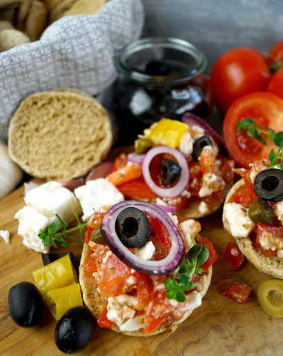 Dakos, Dakakia oder Koukouvagia heißt diese tomatig-würzige griechische Vorspreise auf kretischem Zwieback