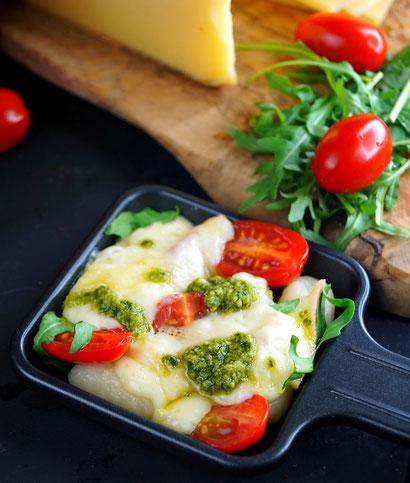 Raclette Italia mit Gnocchi, Tomaten, Rucola, Pesto und Raclette Suisse