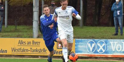Milan Tendahl (vorn, SuS Stadtlohn) setzt sich hier gegen einen Abwehrspieler des FC Epe durch.