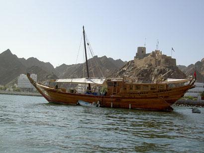 Arabische Dhau im Hafen von Muscat