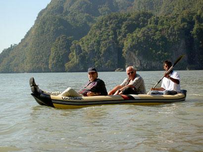 Kanufahren in der Phang-Nga-Bay Harald und Peter lassen arbeiten....