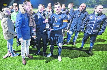 Stephan Matzerath, Vorsitzender des SV Brachelen (l.), gratuliert der SG Union Würm-Lindern. Foto: Royal