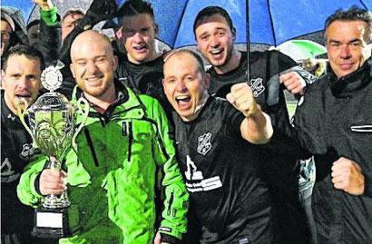 5:0 im Finale des zweiten Taxi-Venrath-Cups gegen GW Karken. Hückelhoven wird Dritter. Viel Lob für das junge Organisationsteam. Siegerehrung im Regen: Die Spieler des SV Brachelen jubeln nach dem 5:0-Finalsieg über GW Karken. Foto: Royal