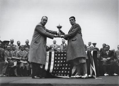 En Avril 1929, le golfeur britannique George Duncan capitaine de l'équipe britannique de la Ryder Cup reçoit la coupe des mains de Samuel Ryder.