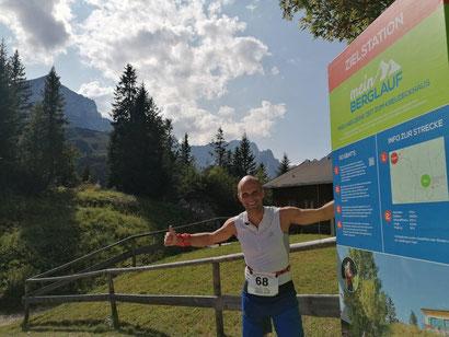Rasender Reporter Wolfgang an einem der Streckenaufsteller Zielstation