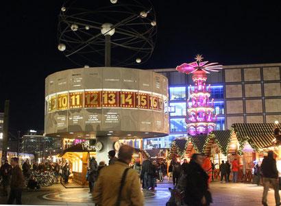 Weihnachtsmarkt auf dem Alexanderplatz, mit Weltuhr und leuchtender Weihnachtspyramide. Foto; Helga Karl 2014