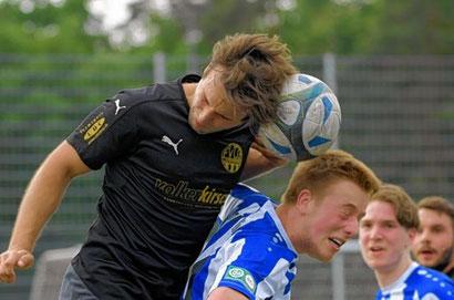 Ladenburgs Michelangelo Ragni gegen Viernheims Luca Giegrich (rechts), nach unterhaltsamen 90 Minuten jubelten aber die Spieler des TSV Amicitia