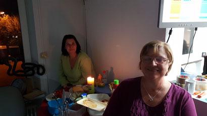 Oma und Mama am reich gedeckten Tisch