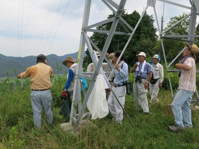 建設予定地の上部の山から問題点を話す(一番左、2013年8月3日)