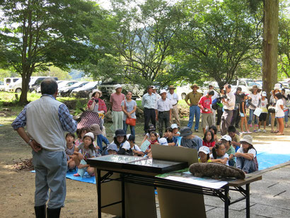 夢前川の自然を語る(左、2013年8月27日)