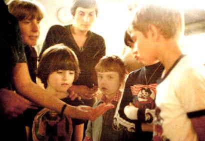 Links Lehrerin Frau Krone, Mitte Kindergärtnerin Frau Rohleder sowie Kinder beim besuch einer Glashütte.