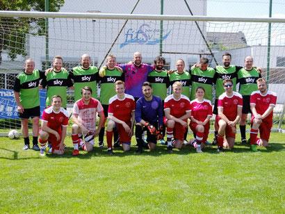 """Fußballdorfmeister der Herrenmannschaft wurde """"JVS I"""" (kniend) vor dem Rekordmeister der Vorjahre """"Raupenzunft"""" (stehend) - Foto: Merz Foto: Schwarzwälder Bote"""