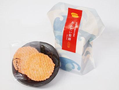 めんたいの辛さを抑えて食べやすくしたえび煎餅です。極薄焼きで硬くないお煎餅は、おじいちゃんおばあちゃんへのプレゼントに最適。深みのある辛さが口いっぱいに広がります。