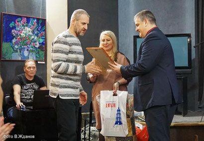 Награду Александру Юргину вручает председатель городской Думы Илья Кузьмин.
