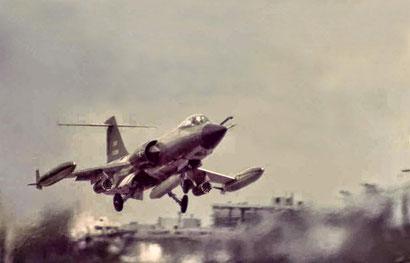 La configurazione alternativa per le missioni CAS, le rastrelliere sotto le ali per missili non guidati. -
