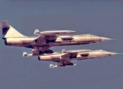"""Due """"Zipper"""" in volo sul Vietnam. Da notare il carico di bombe, Questa era configurazione per le missioni CAS."""