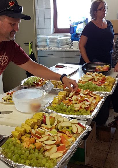 Fleißige Helfer bei der Vorbereitung der Obstpause. Bild: HeHe