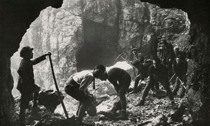 Militari al lavoro durante la costruzione delle delle 52 Gallerie