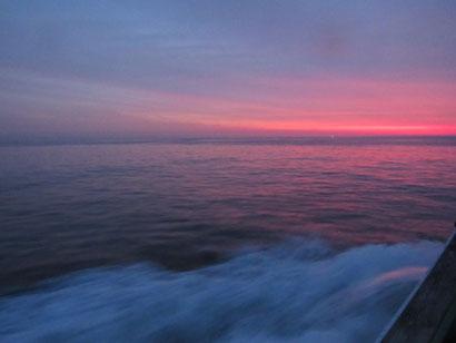 朝焼けに染まる海。
