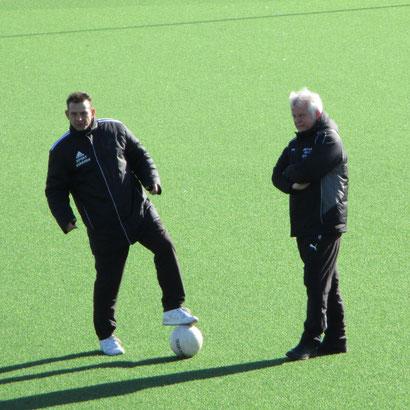 """Co-Trainer Carsten Schmidt (links) und Cheftrainer Siegfried """"Siggi"""" Sonntag (rechts)."""