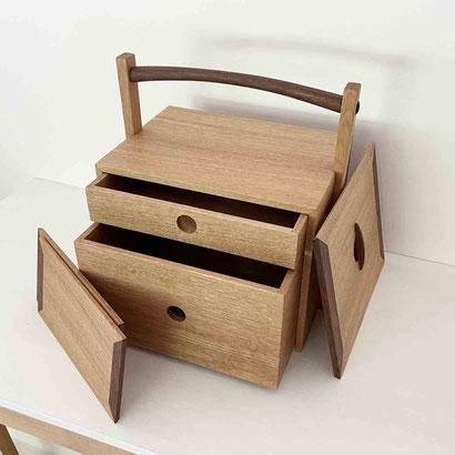茶人の箱/おかもち・倹飩蓋。倹飩式の蓋を外すと、大小2つの抽斗があり、2枚の敷板が付属しています。家具工房ZEROSSO、清水泰のオリジナル茶道具。