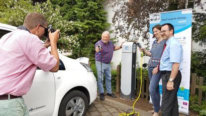 """Fotoshooting an der neuen Ladesäule des Projektes """"Dorf macht Klima mobil"""""""