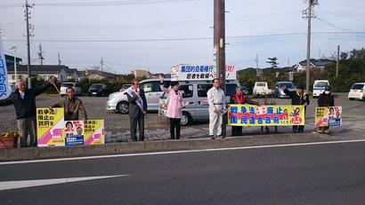 本村伸子議員(中央)と訴える清水市議(左)
