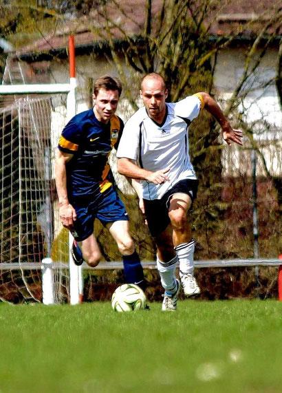 Gregor Gruszka (vorne) im Zweikampf mit Herbert Pimperl beim Testspiel des FC Lumentus gegen St. Fouli am 12.04.2015. Künftig spielen beide für Fouli.