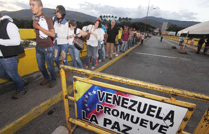 Colombians trying to get over the border into Venezuela