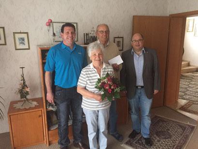 im Bild Bernhard Biermann mit seiner Frau Anneliese (mitte) zusammen mit dem 2. Vorstand Alexander Fuchs (links) und Schriftführer Thomas Külle (rechts)