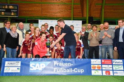 Lars Lamardé vom Hauptsonsor SAP überreicht den Siegerpokal an die SGS Essen. Foto Mirko Happes